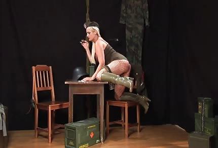 Cycata blondi w kabaretkach