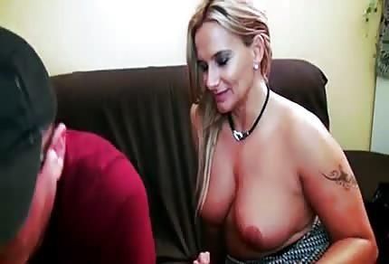Blondyna ujeżdża swojego kochanka