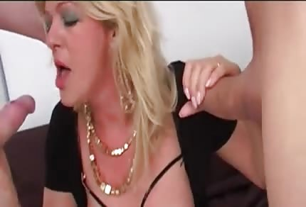 Blonde mommy likes threesomes