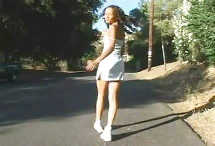 Černošce roztáhne její úzkou kundu