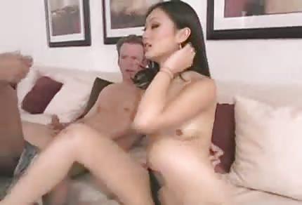 Piękna Azjatka dostaje podwójną penetrację