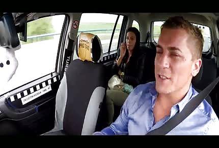 W seks taksówce z ładną brunetą