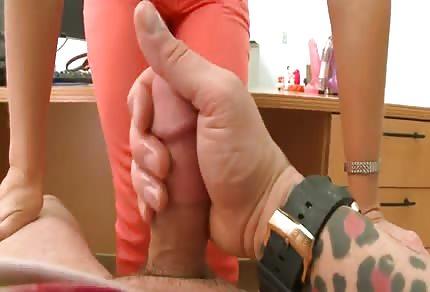 Seksowna mamuśka zabawia się z młodym kochankiem