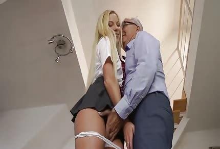 Starszy facet zabawia się z młodą blondyneczką