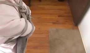 Cycata sekretarka przywiązana do krzesła