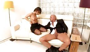Pani prezes wkłada rękę w spodnie swojemu pracownikowi