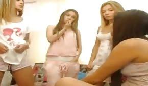 Piżamowa imprezka z młodymi suczkami