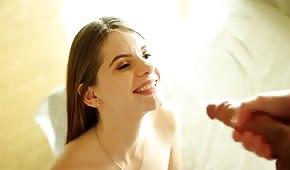 Uśmiechnięta panienka dostaje strzała spermy na twarz