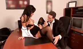 Sekretarka rozkłada nogi na biurku swojego szefa