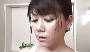 Azjatka bierze kąpiel w podkoszulce