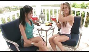 Dziewczyn sprawiają sobie przyjemność wielkim zielonym ogórem