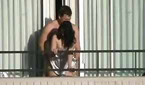 Kolo zapina babkę od tyłu na balkonie