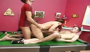 Boski seks w trójkącie na stole bilardowym