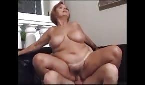 Młody kochanek lubi macać jej okrąglutkie ciałko