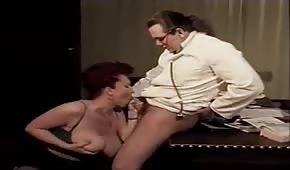 El doctor le pone la polla entre las tetas a su paciente