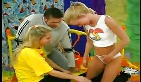 Dwie blondyneczki doprowadzają go do orgazmu