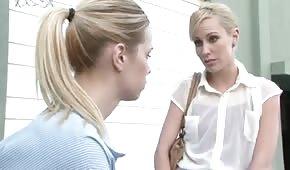 Szczupłe blondyneczki liżą swoje cipeczki