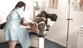 Pielęgniarka penetruje mu dupeczkę
