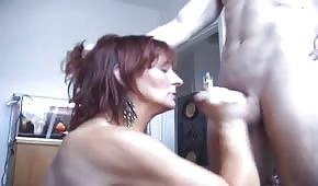 Sie spielt mit ihrem jungen Liebhaber