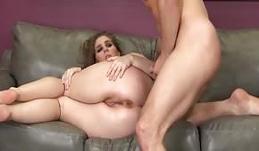 Puszysta brunetka rozgrzewa się przed bzykaniem