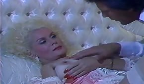 Helga Sven ujeżdża go na łóżku
