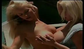 Piękne blondyneczki zabawiają się przy basenie