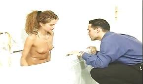 Wyruchał swoją szczupłą dziewczynę w łazience