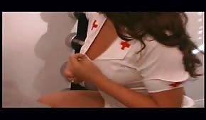 Stary gościu posuwa piękną pielęgniarkę