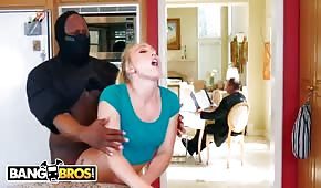 Bandyta posuwa piękną blondi w kuchni