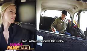Seks w taksówce z silikonową blondyneczką