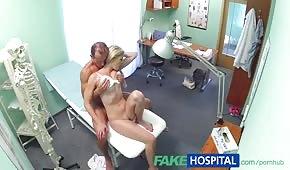 Lekarz posuwa zgrabną pacjentkę
