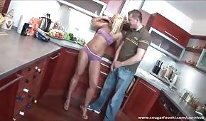 Seks w kuchni ze złotowłosą suczką