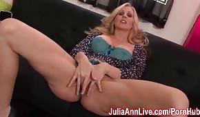 Julia Ann zdejmuje stringi i robi sobie dobrze