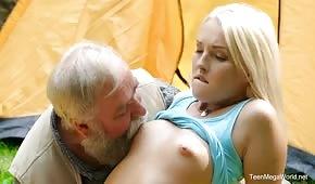 Dziadek zabawia się z blondi w ogrodzie