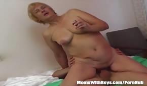 Dojrzała dama wije się na kutasie