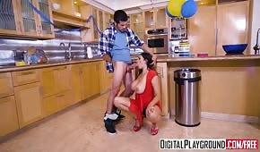 Młody rucha mamuśkę w kuchni podczas rodzinnej imprezy