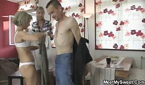 Tatuś zabawia się z mamą i córką