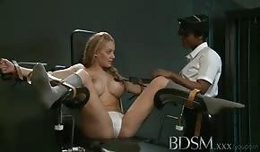 Związana trzydziestolatka z silikonowym biustem