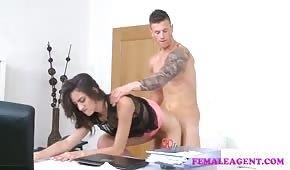 Agentka testuje jego możliwości na seks kastingu