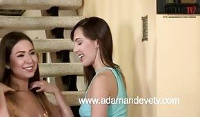 Gorące brunetki zabawiają się na schodach