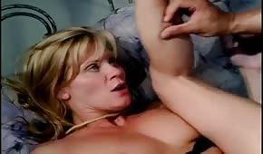 Spuścił się na cipkę seksownej Ginger Lynn
