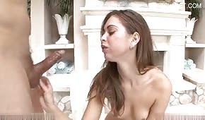 Seksowna nastolatka jest rżnięta w usta