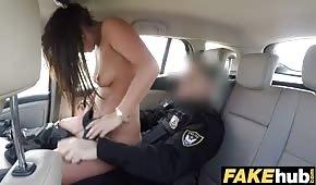 Policjant rucha fajną laskę w aucie