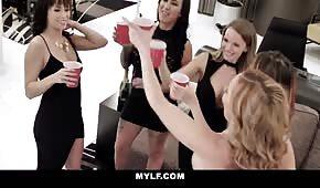Orgia z pijanymi laskami w apartamencie