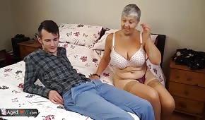 Młodziak pieprzy się z babcią