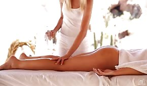 Opalona masażysta dogadza klientce