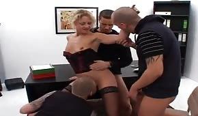 Grupowy seks z szefową w biurze