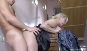 Seks na schodach z dojrzałą niunią