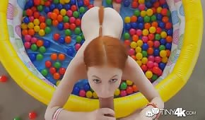 Ruda ciągnie fiuta w dmuchanym basenie