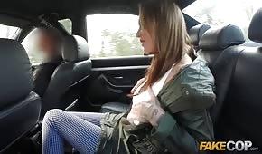 Fałszywy policjant posuwa zgrabną laskę w aucie